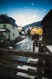 Fiume della montagna che passa attraverso la vecchia città medievale alle alpi austriache Fotografie Stock
