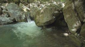 Fiume della montagna che scorre fra le pietre Fotografie Stock