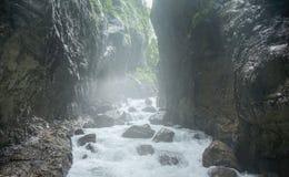 Fiume della montagna con acqua blu su un fondo delle rocce fotografia stock