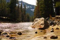 Fiume della montagna del Yosemite Immagini Stock