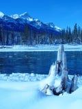 Fiume della montagna dopo la bufera di neve Fotografia Stock