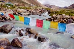 Fiume della montagna e bandiere buddisti Fotografia Stock