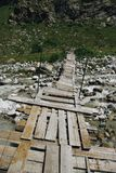 fiume della montagna e del ponte di legno, Federazione Russa, Caucaso, immagini stock libere da diritti