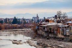 Fiume della montagna e poca vecchia città Kutaisi Fotografia Stock Libera da Diritti