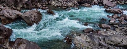 Fiume della montagna fra le rive di pietra Immagini Stock