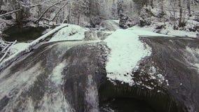Fiume della montagna in inverno archivi video