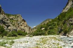 Fiume della montagna nella gola di Galuyan, Kirghizistan Immagini Stock Libere da Diritti