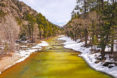 Fiume della montagna nella neve di primavera Fotografia Stock Libera da Diritti