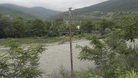 Fiume delle montagne in natura di Georgia del Caucasian con gli alberi e le nuvole video d archivio