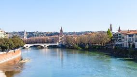 Fiume di Adige con il vittoria di della di Ponte a Verona fotografia stock