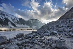Fiume di Akkem vicino alla collina pedemontana della montagna di Beluha altai La Russia Fotografia Stock Libera da Diritti