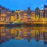 Fiume di Amstel, canali e vista di notte di bella città di Amsterdam netherlands immagini stock libere da diritti