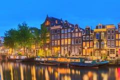 Fiume di Amstel, canali e vista di notte di bella città di Amsterdam netherlands fotografia stock