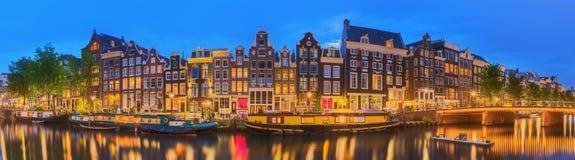 Fiume di Amstel, canali e vista di notte di bella città di Amsterdam netherlands fotografia stock libera da diritti