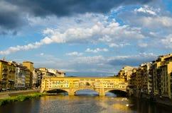 Fiume di Arno e Ponte Vecchio al tramonto, Firenze, Italia Immagini Stock