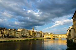 Fiume di Arno e Ponte Vecchio al tramonto, Firenze, Italia Fotografia Stock Libera da Diritti