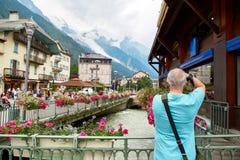 Fiume di Arve, costruzioni di Chamonix-Mont-Blanc e Mont Blanc Massif Immagini Stock Libere da Diritti