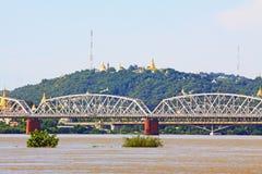 Fiume di Ava Bridge Cross The Irrawaddy, Sagaing, Myanmar immagini stock