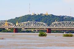 Fiume di Ava Bridge Cross The Irrawaddy, Sagaing, Myanmar immagini stock libere da diritti