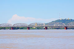 Fiume di Ava Bridge Cross The Irrawaddy, Sagaing, Myanmar immagine stock