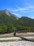 Fiume di Azusa e montagne di Hotaka in Kamikochi, Nagano, Giappone Fotografia Stock Libera da Diritti