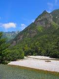 Fiume di Azusa e montagne di Hotaka in Kamikochi, Nagano, Giappone Immagini Stock Libere da Diritti