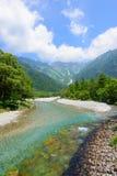 Fiume di Azusa e montagne di Hotaka in Kamikochi, Nagano, Giappone Immagini Stock