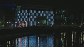Fiume di Berlin Kronprinzen Bridge Over Spree alla notte video d archivio