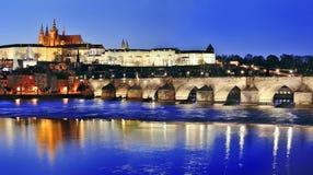 Fiume di Charles Bridge (Karluv più) e della Moldava di notte, Praga fotografie stock