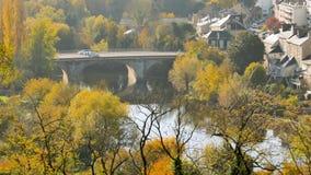 Fiume di Clain e vecchio ponte a Poitiers video d archivio