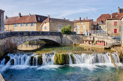 Fiume di Cuisance con il ponte di pietra in Arbois Fotografie Stock Libere da Diritti