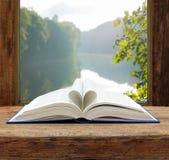 Fiume di estate della finestra aperta della pagina di forma del cuore del libro Fotografie Stock Libere da Diritti