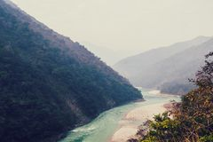 Fiume di Ganges in montagne dell'Himalaya Immagini Stock Libere da Diritti
