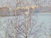 Fiume di inverno coperto di ghiaccio nella città Fotografia Stock Libera da Diritti