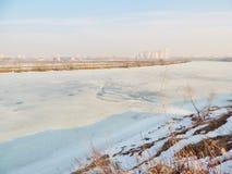 Fiume di inverno coperto di ghiaccio nella città Fotografie Stock Libere da Diritti