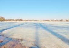 Fiume di inverno coperto di ghiaccio nella città Fotografia Stock