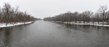 Fiume di inverno panoramico fotografie stock