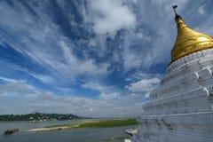 Fiume di Irrawaddy e vista della collina di Sagaing dalla pagoda di Shwe-kyet-kya mandalay myanmar immagine stock