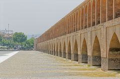Fiume di Ispahan Zayandeh dal ponte di Khaju Fotografia Stock Libera da Diritti