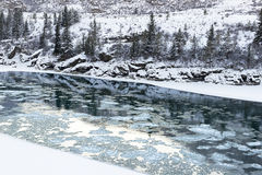 Fiume di Katun sotto neve Fotografie Stock Libere da Diritti
