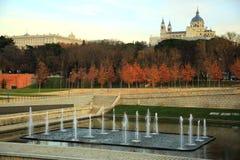Fiume di Madrid che trascura Almudena Cathedral Immagini Stock