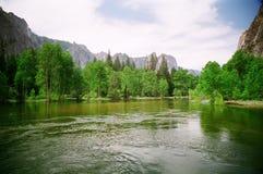 Fiume di Merced nella sosta nazionale del Yosemite Fotografia Stock