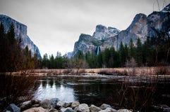 Fiume di Merced in valle di Yosemite immagini stock libere da diritti