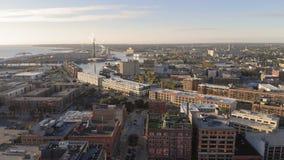Fiume di Milwaukee in città, distretti del porto di Milwaukee, Wisconsin, Stati Uniti Bene immobile, condomini in città Siluetta  fotografia stock