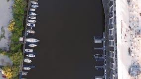 Fiume di Milwaukee in città, distretti del porto di Milwaukee, Wisconsin, Stati Uniti Bene immobile, condomini in città Siluetta  immagini stock libere da diritti