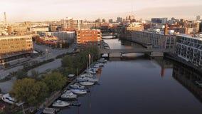 Fiume di Milwaukee in città, distretti del porto di Milwaukee, Wisconsin, Stati Uniti Bene immobile, condomini in città Siluetta  fotografia stock libera da diritti
