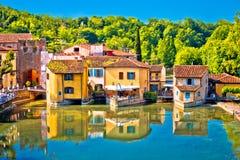 Fiume di Mincio e villaggio idilliaco della vista di Borghetto fotografia stock