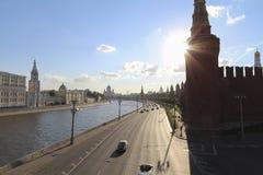 Fiume di Mosca ed il Cremlino accanto alla strada Fotografia Stock Libera da Diritti