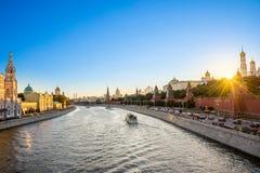 Fiume di Moskva con il Kremlin& x27; la s si eleva al tramonto, Mosca, Russia Immagine Stock Libera da Diritti