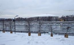 Fiume di Moskva e grande arena di sport del Luzhniki complesso olimpico su una sera di inverno, Mosca, Russia Fotografia Stock Libera da Diritti